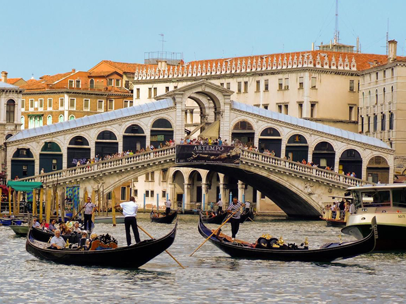 Rialto Bridge, visitable during our Venice tour from Rome